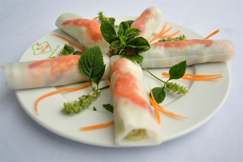 Vietnamese rice paper rolls and dipping sauce