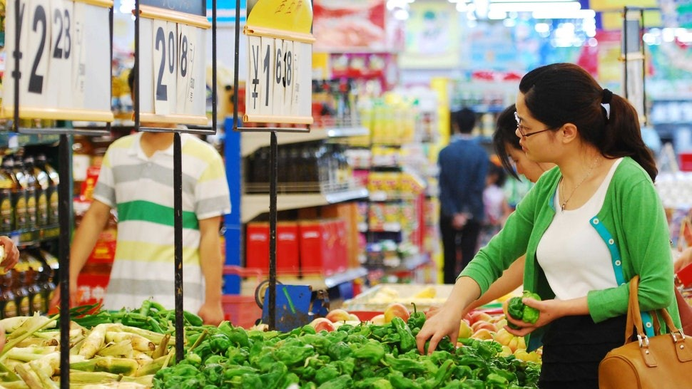 How To Shop Eco-Friendly At The Grocery Store With 8 Sustainable Hacks