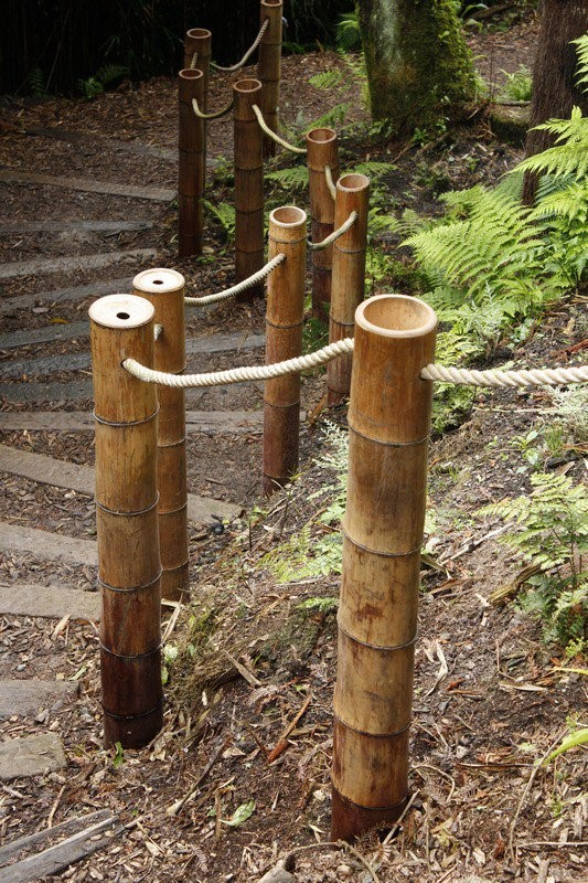 13. Direct your paths in the garden with a rope and bamboo fence