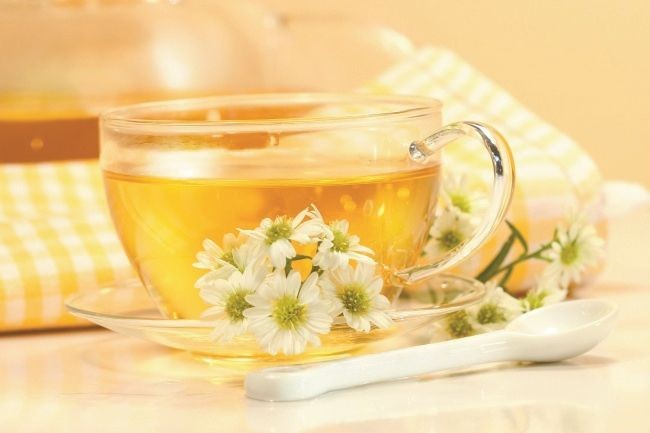 White chrysanthemum tea